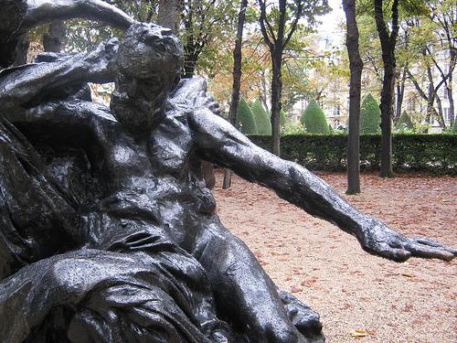 פסל בגינת המוזיאון