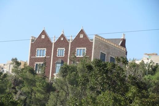בדרך ראינו את הבית הזה. מותר לבנות ככה בירושלים?