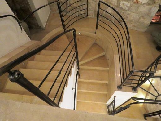 יורדים במדרגות לקומות מינוס 1 ומינוס 2