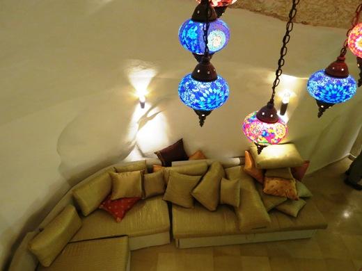 מבט מקרוב אל הסלון. מימין (לא בתמונה) ממוקם שולחן האבירים, האלמנט המרכזי בבית