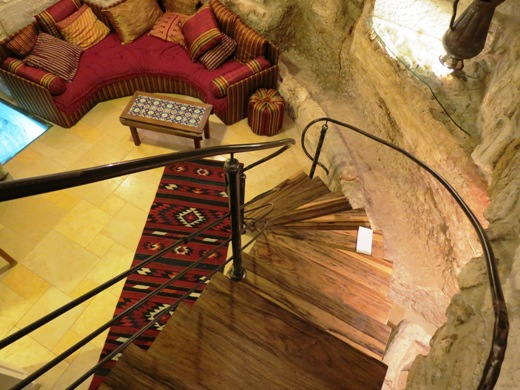 יורדים למטה במדרגות