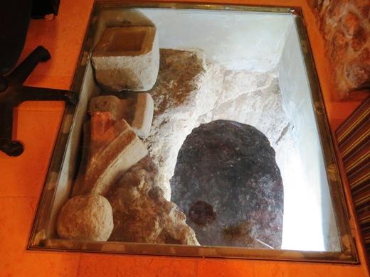מתחת לריבוע זכוכית הקבוע ברצפה יש ממצאים ארכיאולוגיים ובור גדול