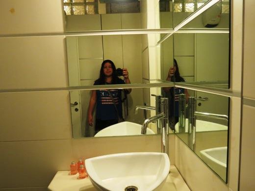 אני בחדר המקלחת+שירותים של הדירה