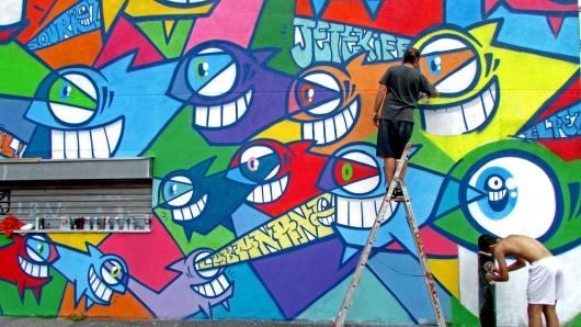 היצירות מפוזרות בערים רבות בעולם. בתמונה: עובד בפריז