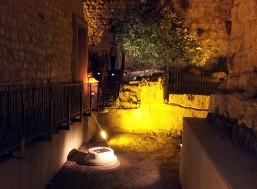 אחד מבסיסי העמודים מימי הורדוס. בתקופה המוסלמית עשו ממנו קישוט לבור מים