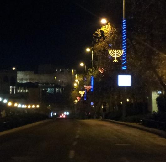 רחוב יצחק קריב, מקביל לממילא, מוביל לכיוון שער יפו, מואר לקראת חנוכה