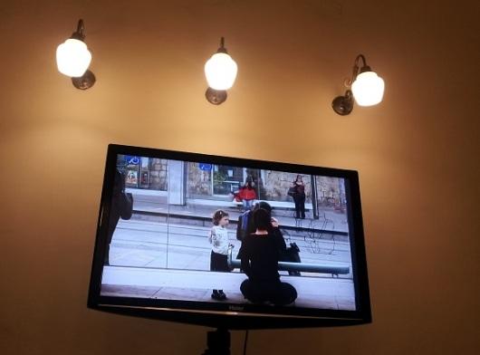 עבודת הוידיאו של יעלה וילשנסקי בג'רוזלם הוסטל ברחוב יפו