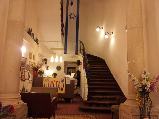 הכניסה לג'רוזלם הוסטל - אווירה ביתית ואמנותית