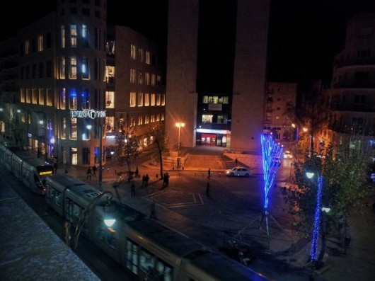 משקיפים מהגג של ג'רוזלם הוסטל על חנוכיית ענק, המשביר לצרכן והרכבת הקלה ברחוב יפו