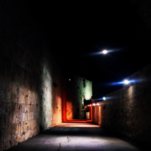 הסמטה המובילה מגן הבונים לשער ציון - חומת העיר העתיקה