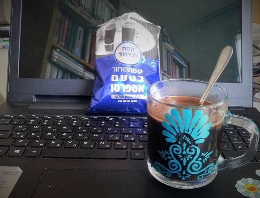 קפה שחור בטעם אספרסו בכוס זכוכית שציירתי עליה פעם מזמן