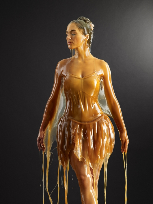 """""""לאט לאט הדבש מתחמם על הגוף, ואז פתאום את מרגישה מוגנת"""""""