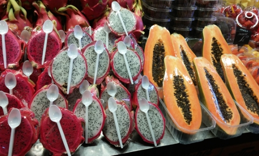 פירות חתוכים וארוזים עם כפיות פלסטיק לטעימה מיידית