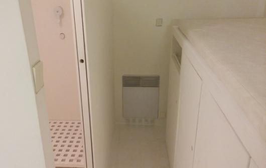 """ישנים על הארון, ומשמאל - המקלחת והשירותים. דרך בדוקה להטריף את טייקוני הנדל""""ן"""