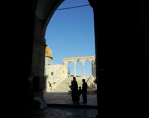 מבט אל הר בית מתוך אחד השערים (ליהודים אסור להיכנס דרכו)