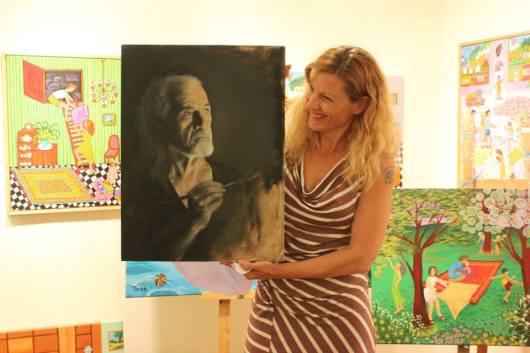 לימודי הציור הריאליסטי שיפרו את הציור הנאיבי שלה. תרזה חורין קרגולה והעבודה שבה ציירה את המורה שלה. צילום: גלריה ג'ינא