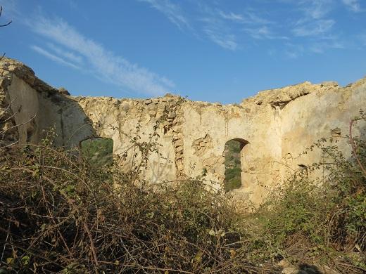 מבנה נטוש ליד עין גיורא