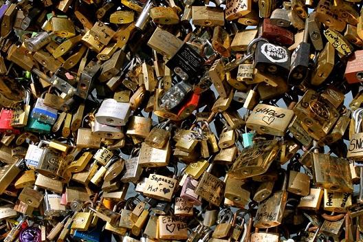 נפרדים מ-45 טון של מנעולים. תמונה מתוך thesaint-online