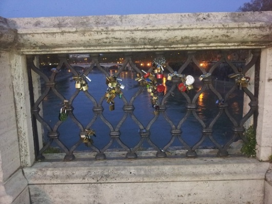 מה יותר מתאים לאהבה מאשר המלאך הקדוש? גשר סנט אנג'לו ברומא