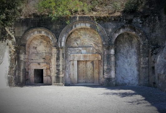 הכניסה למערת הארונות בבית שערים. לא לדלג