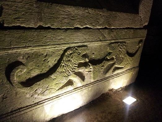 שני אריות - עיטור מהמיתולוגיה היוונית על ארון קבורה