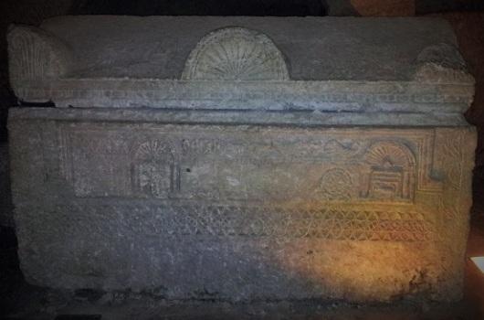 ארון קבורה יפהפה עם עיטורים גיאומטריים מוקפדים