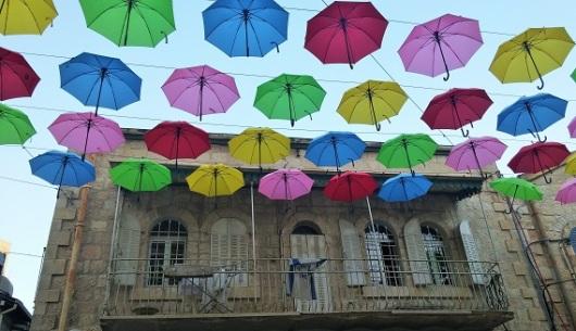 מחזירים את הקסם לנחלת שבעה. המטריות הצבעוניות במדרחוב הירושלמי הוותיק