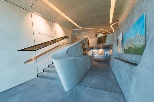 חדיד הקפידה לשמור על קשר עם הסביבה, למשל בעיצוב גרמי המדרגות, שמזכירים את מפלי האלפים שבאזור