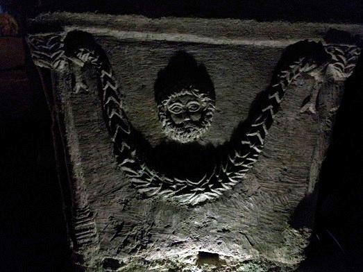 תופס ראש בארון הקבורה. בית שערים