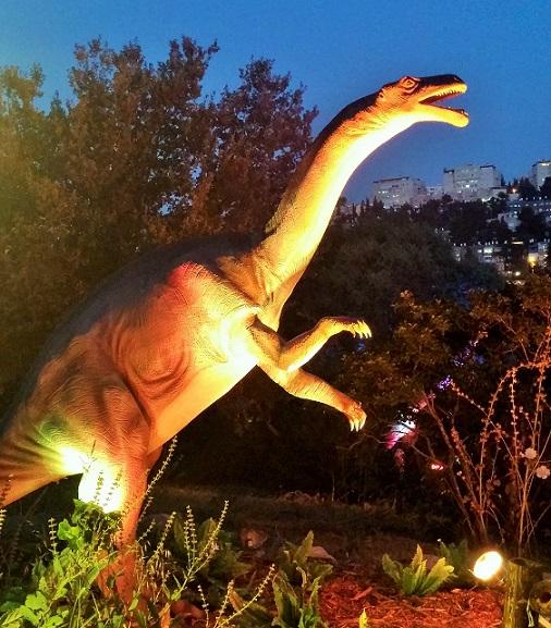 """פלטאוזאורוס (""""לטאה שטוחה""""). נולד לפני 200-220 מיליון שנים, במרכז וצפון אירופה. אורך ממוצע: 9 מ'. משקל ממוצע: 2 טון. אהב לאכול: עשב. מבנה גוף: צוואר ארוך וגמיש, ראש קטן"""
