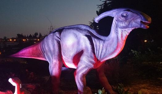 """פרזאורולופוס (""""לטאה עם כרבולת""""). נולד לפני 66 מיליון שנה, במערב ארה""""ב וקנדה. אורך ממוצע: 10 מ', שהם כגובהם של 10 ילדים בני 4 העומדים זה על כתפי ה. משקל ממוצע: 5 טונות, כמשקל מיניבוס. אהב לאכול: צמחים קשים. קיבל כבוד: הוכתר כדינוזאור הרשמי של מדינת ניו ג'רזי"""