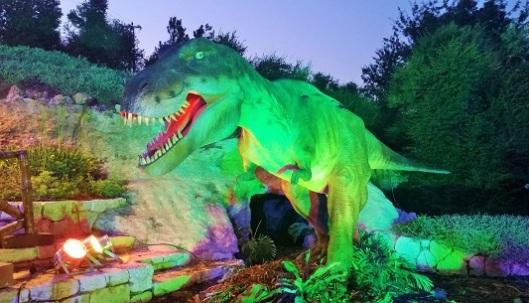 """טירנוזאורוס רקס (""""מלך הלטאות הקוצניות"""") - אולי הכי סלב מבין כל הדינוזאורים. נולד לפני 66 מיליון שנה במערב וצפון מערב ארה""""ב. אורך ממוצע: 12 מ', משקל ממוצע: 6 טון. אהב לאכול: בעלי חיים (נחשב טורף פעיל - הדינוזאור הקטלני ביותר!)"""