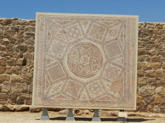 רצפת פסיפס מהמבצר הרומי בדיר קלעה (ליד פדואל שבמערב השומרון)