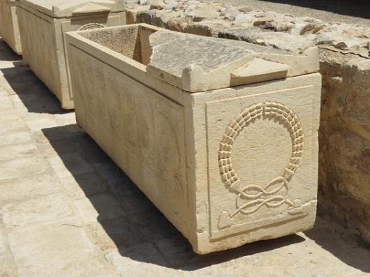 לצד הפסיפסים מוצגים גם סרקופגים שומרוניים וכותרות מעוטרות