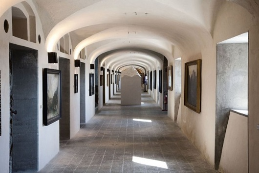 המוזיאון שומר על קשר עם הסביבה גם בחללים הפנימיים, עם מוצגים שמזכירים את ההרים שמסביב