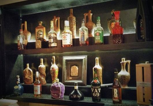ארון האלכוהול המעוצב של ראצ'ה. חובבי הגראפה מוזמנים לנסות את הצ'אצ'ה הגרוזינית