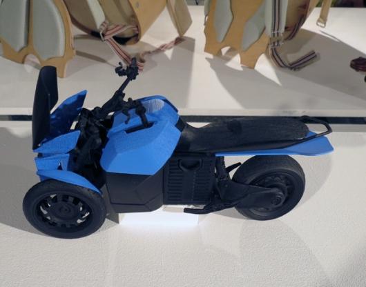 אופנוע חשמלי תלת-גלגלי, עם בטריה מאחור ושני גלגלים מקדימה, E3
