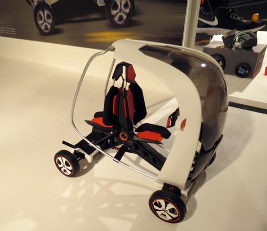 רכב קטן שמתאים לנהג בודד, אשר לוקח טרמפיסט מאחור