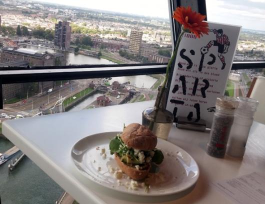 לאכול את הנוף - סנדביץ' במגדל יורומאסט, המתנשא לגובה של 184 מטר