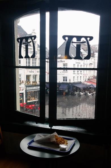 צ'יפס בלגי מעל הכיכר הירוקה, גרואן מרקט, באנטוורפן