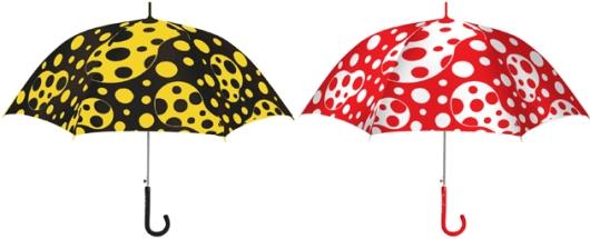 מטריה שעיצבה האמנית Yayoi Kusama