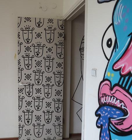 דלת הכניסה לחדר עם ציורי הגרפיטי הצבעוניים. היו ימים שהמכון לדמוקרטיה שכן כאן