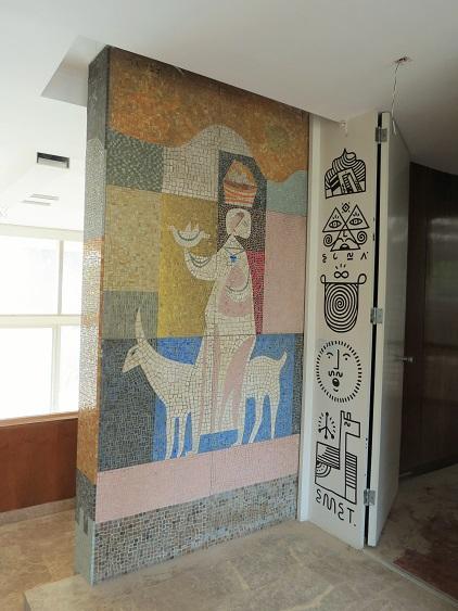 פסיפס ייחודי ונדיר לצד גרפיטי, בקומת הכניסה של וילה שרובר