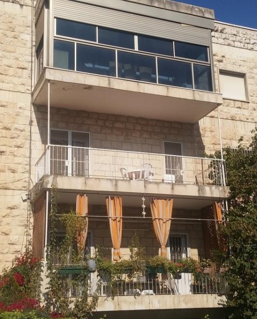 שלוש מרפסות, שלוש גישות. הבניין בשכונת טלביה