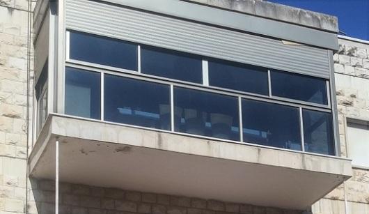 מרפסת הקומה השלישית. מתגוננת ומסתגרת מפני המרחב הציבורי