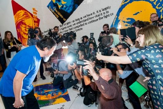 האמן הסיני איי וויווי באירוע הפתיחה בגלריה במלבורן. Ai Weiwei at National Gallery of Victoria exhibition Andy Warhol | Ai Weiwei. Photo: NGV Photographic Services