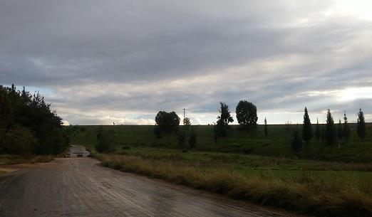 דרך הצבר המובילה אל המוזיליאון של יער קלה. בקטע זה המסלול חופף את שביל ישראל