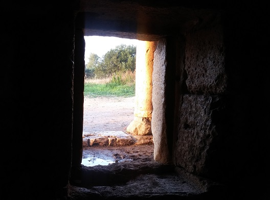 מבט מתוך המוזיליאום - אפשר להיכנס