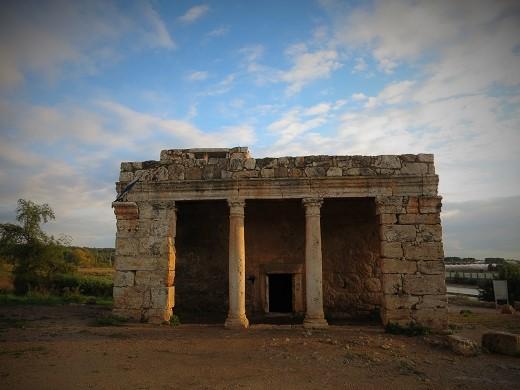 חזית המוזיליאום. מבנה שהיה שייך לבעל אחוזה עשיר במאה הרביעית לספירה