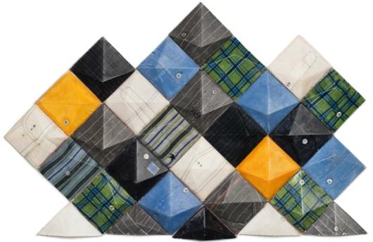 אריחים עשויים מחולצות גברים מכופתרות ישנות, שיצרה ליאת סוכר (צילום: יונתן בלום)